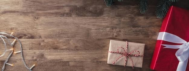 Coffrets-cadeaux de noël et objets de décoration sur fond de bannière en bois