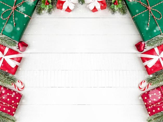Coffrets-cadeaux de noël avec des pins et des ornements de décoration sur fond de bois blanc