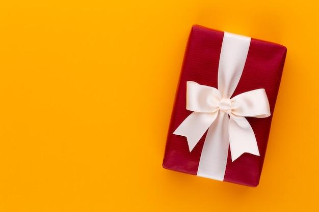 Coffrets cadeaux de noël avec des rubans sur une table de couleur.