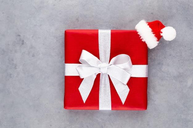 Coffrets cadeaux de noël sur une surface pastel.