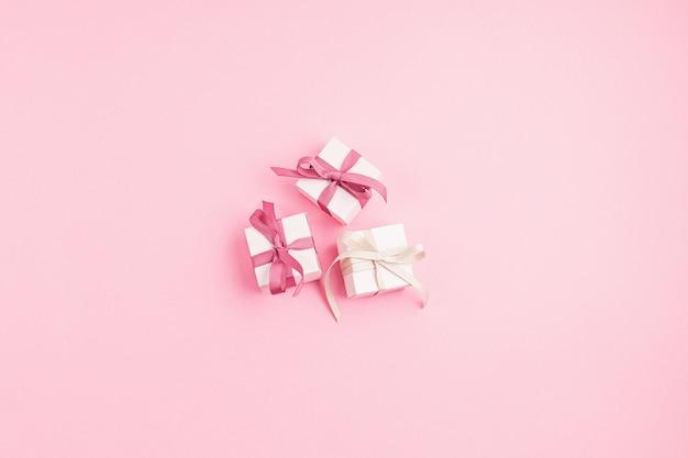 Coffrets cadeaux de noël sur surface rose