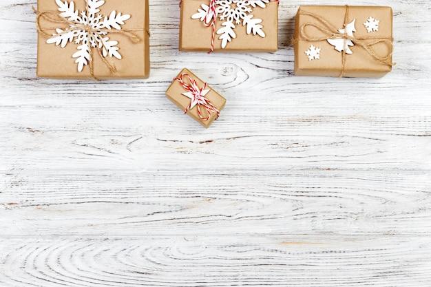 Coffrets-cadeaux de noël sur une table en bois. vue de dessus avec fond