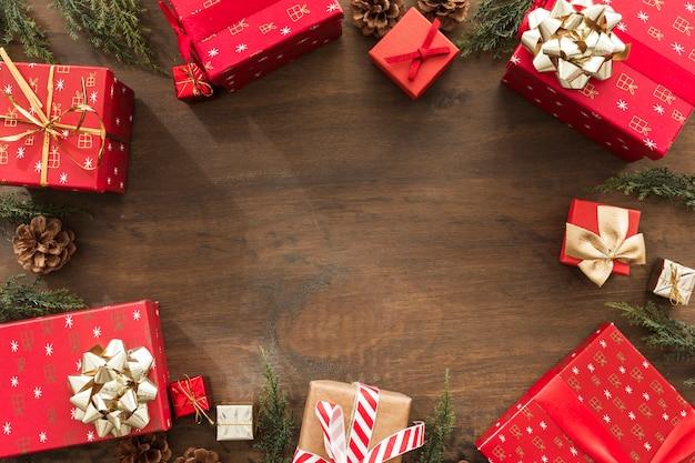 Coffrets-cadeaux de noël sur une table en bois