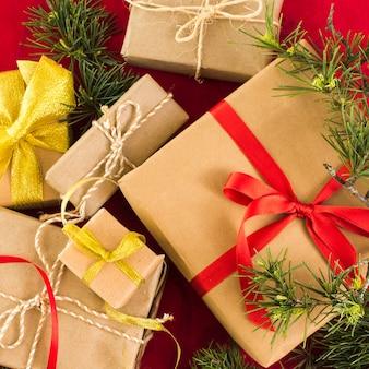 Coffrets-cadeaux de noël sur table
