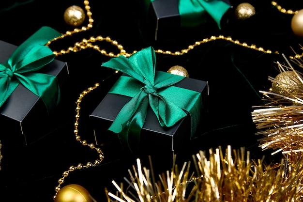 Coffrets cadeaux noirs festifs de noël avec ruban vert sur velours