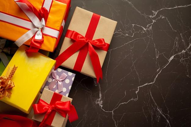 Coffrets cadeaux placés sur le sol en marbre noir
