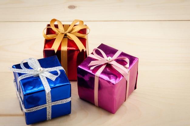 Coffrets cadeaux sur un plancher en bois