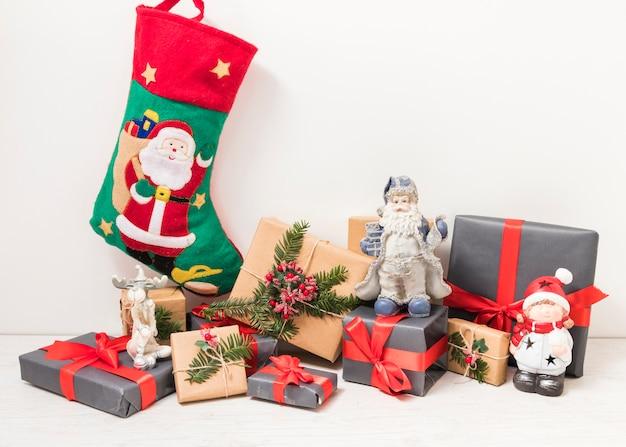 Coffrets cadeaux près de la chaussette de noël