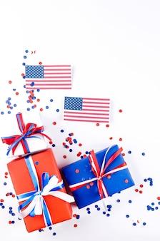 Coffrets cadeaux rouges, bleus et blancs sur fond blanc, concept de fête de l'indépendance, anniversaire, fête