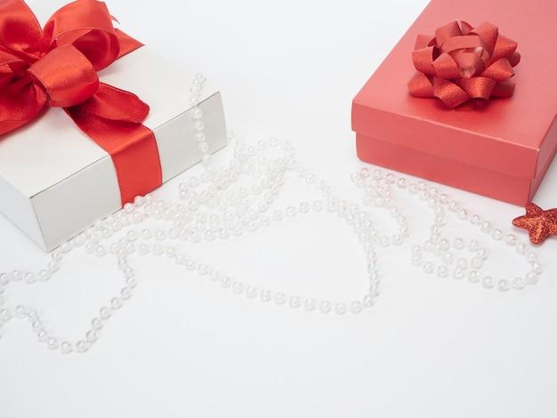 Coffrets cadeaux avec ruban rouge