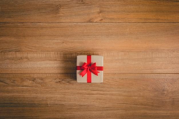 Coffrets cadeaux avec rubans festifs sur fond de bois