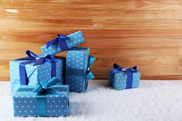 Coffrets cadeaux sur le sol