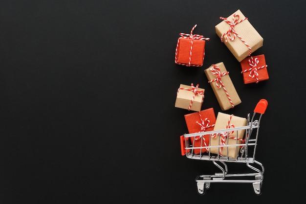 Coffrets cadeaux sortant d'un panier sur fond noir