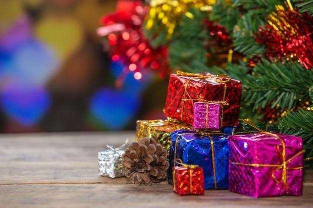 Coffrets cadeaux sur une surface en bois