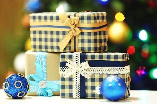 Coffrets cadeaux sur la surface des lumières de l'arbre de noël