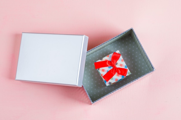 Coffrets cadeaux sur surface rose