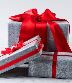 Coffrets cadeaux sur la table. beaucoup de cadeaux.