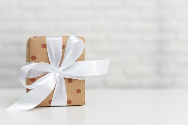 Coffrets cadeaux sur table blanche