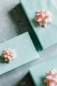 Coffrets cadeaux turquoise pastel avec nœuds roses