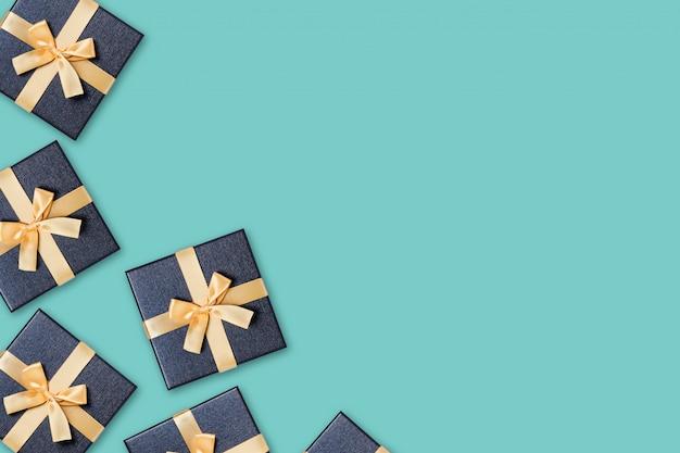 Coffrets cadeaux sur vert.