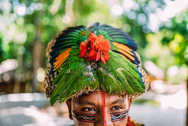 Coiffe de plumes traditionnelle de la tribu pataxó