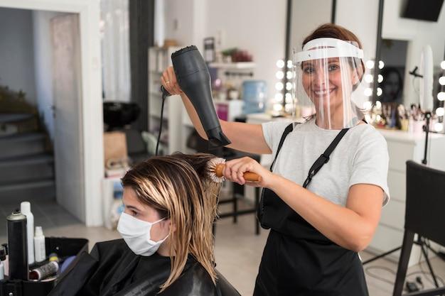 Coiffeur à l'aide d'un nouveau concept normal de sèche-cheveux