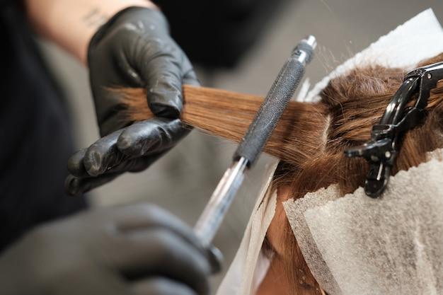 Un coiffeur au salon de beauté avec les clients
