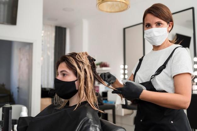 Coiffeur et client portant un masque en tissu