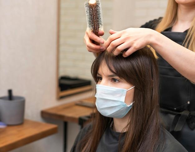 Coiffeur coiffant les cheveux d'un client