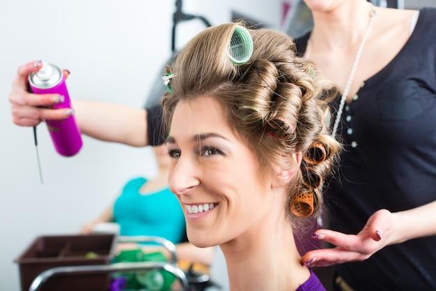 Coiffeur - coiffeur coiffant les cheveux