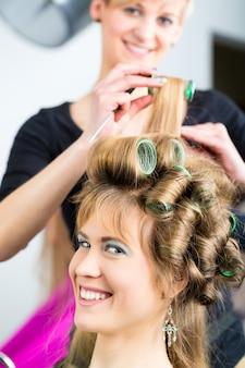 Coiffeur - coiffeur curling cheveux, une cliente se fait couper les cheveux