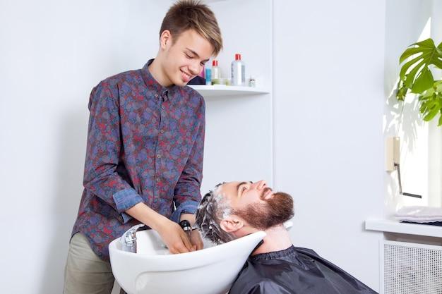 Coiffeur coiffeur lavant les cheveux des clients