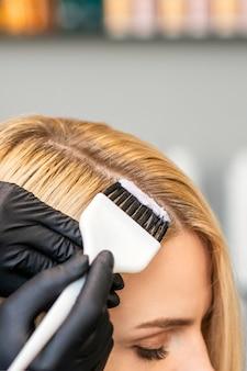 Coiffeur couleurs femelle client cheveux