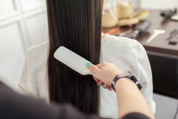 Un coiffeur fait une coiffure
