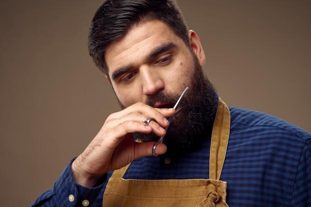 Coiffeur masculin coupe ciseaux à barbe professionnel à la mode