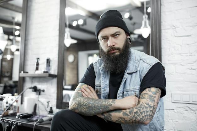 Le coiffeur masculin dans un salon de coiffure