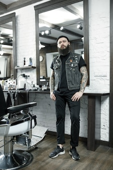 Coiffeur masculin sur un fond de salon de coiffure.