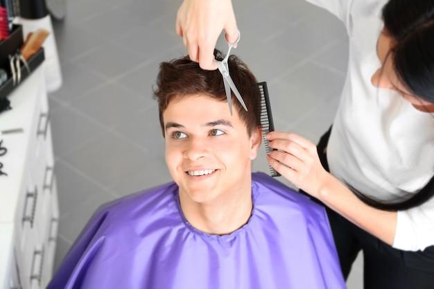 Coiffeur professionnel faisant la coupe de cheveux élégante