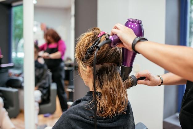 Coiffeur, sécher, cheveux femme