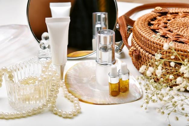Coiffeuse avec ensemble de cosmétiques et de soins de luxe, contenants de bouteilles cosmétiques avec essence d'extraction de perles marines