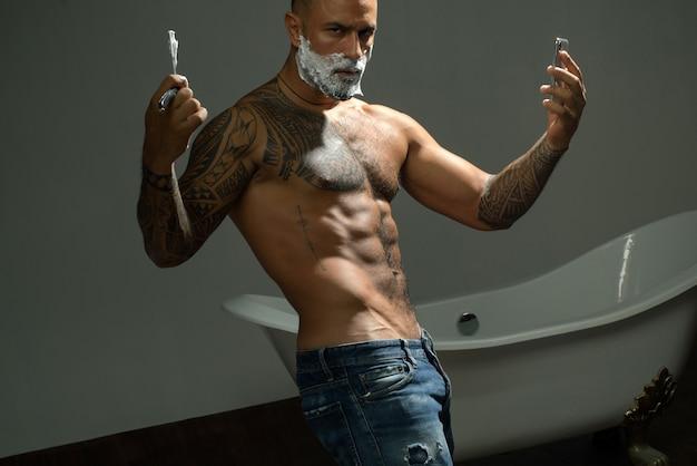 Coiffure et coiffeur. soin de la barbe. ciseaux de coiffeur et salon de coiffure rasoir droit.
