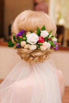 Coiffure de mariage romantique avec des fleurs