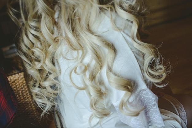 Coiffures longues boucles sur la mariée blonde