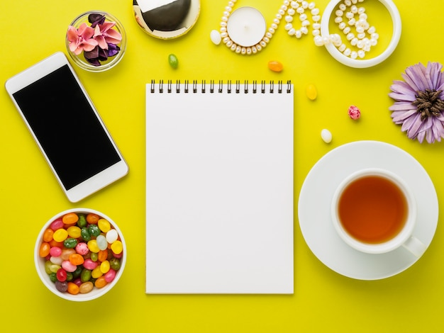 Coin confortable pour une fille avec un ordinateur portable, un smartphone, des fleurs, des bijoux et des bonbons
