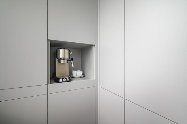 Coin cuisine gris moderne avec machine à café expresso