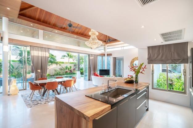 Coin cuisine et salon avec comptoir en îlot et mobilier intégré