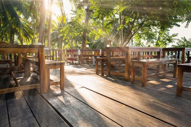 Un coin dans un restaurant près de la mer a un rayon de lumière