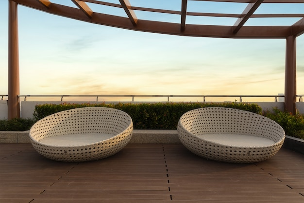 Coin détente sur le jardin sur le toit de la copropriété avec des chaises le matin, bangkok, thaïlande