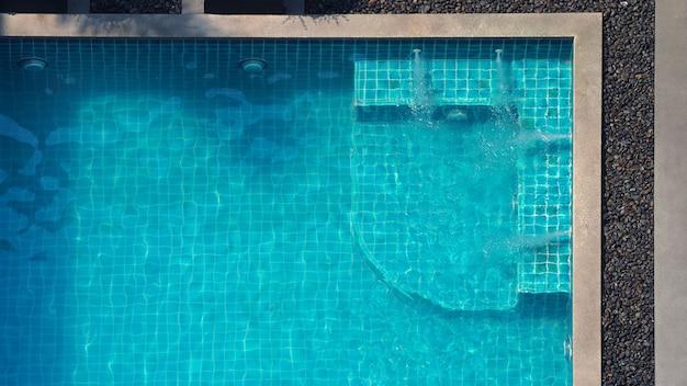 Coin de diffusion d'eau dans la vue de dessus de la piscine et les gens ont apprécié ensemble le jour des vacances d'été.