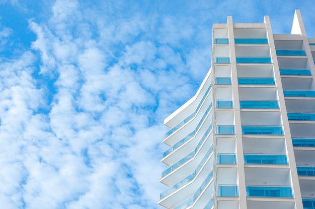 Le coin d'un immeuble qui atteint les nuages